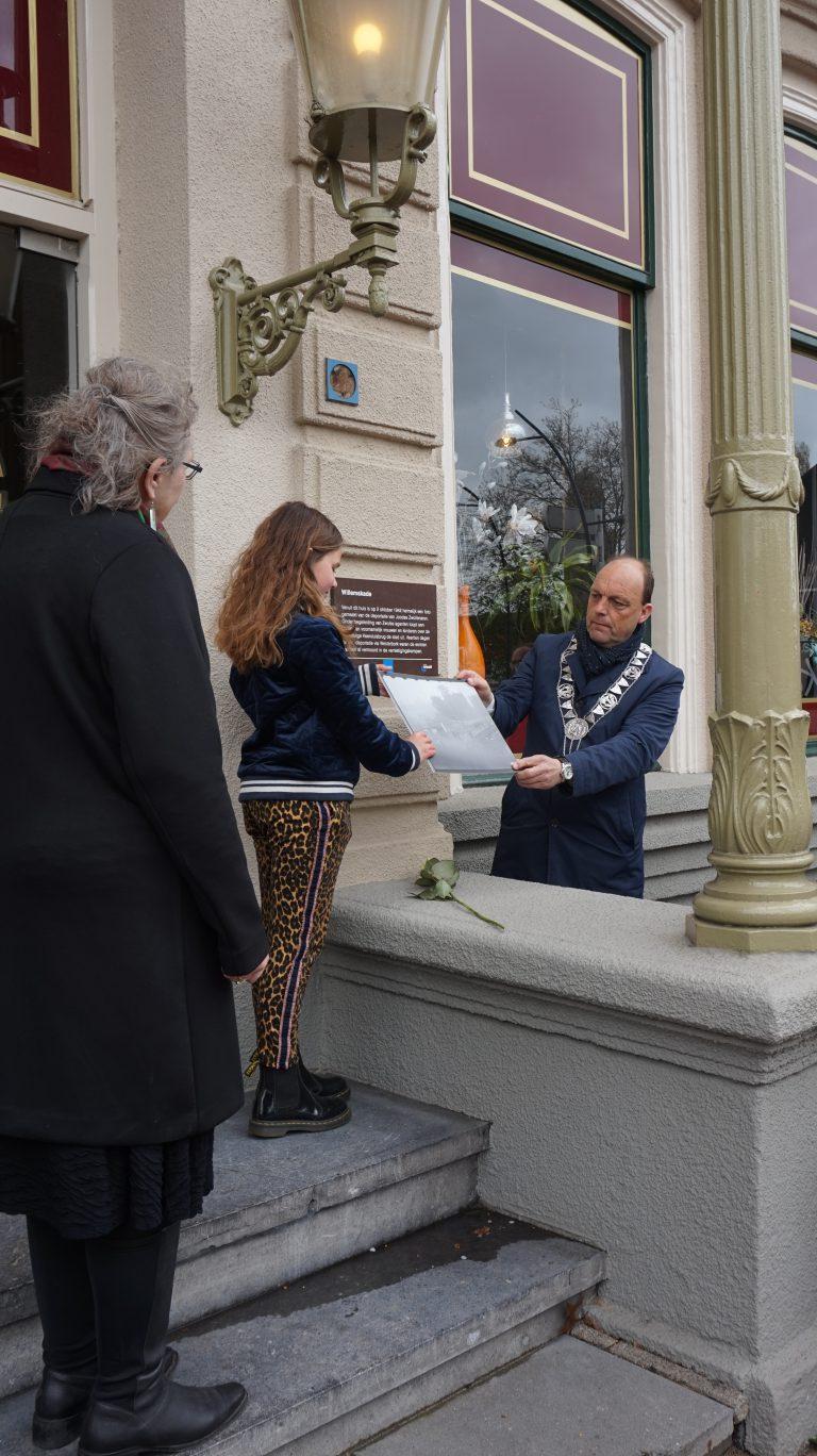 Burgemeester onthult herinneringsplaquette